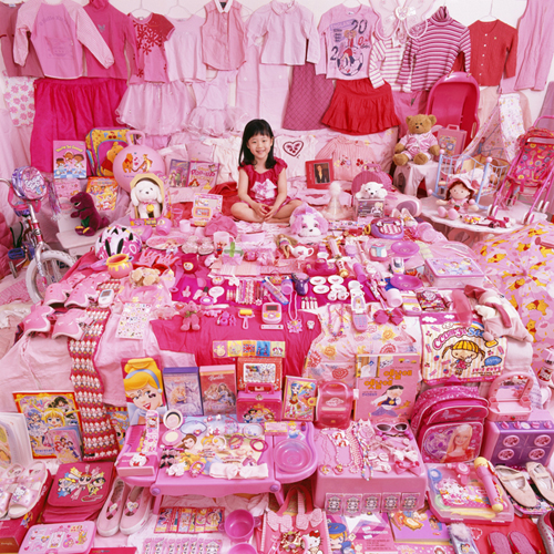 http://www.jeongmeeyoon.com/images/pink/Jiwoo%20and%20Her%20Pink%20Things_m.jpg